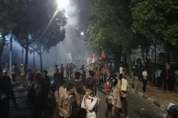 Dua ruas Jalan Tentara Pelajar, Jakarta Pusat, Rabu (25/9/2019) lumpuh total akibat demonstrasi yang dilakukan oleh ribuan pelajar - Bisnis/Dionisio Damara