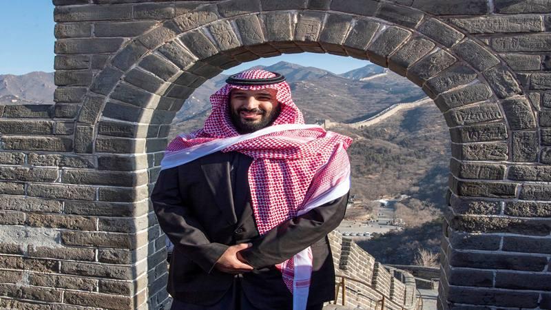 Putra Mahkota Arab Saudi Mohammed bin Salman berpose dalam kunjungannya ke Tembok Besar Cina di Beijing, Cina 21 Februari 2019. - Reuters