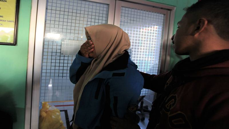 Seorang mahasiswa Universitas Haluoleo menangis di depan ruang gawat darurat RS Ismoyo Kendari menanti jenazah rekannya yang tewas tertembak di Kendari, Sulawesi Tenggara, Kamis (26/9/2019). Aksi mahasiswa yang menolak UU KPK hasil revisi dan RUU KUHP di Kendari berakhir ricuh, di mana satu orang mahasiswa Fakultas Perikanan dan Kelautan Universitas Haluoleo, Immawan Randy (21) tewas akibat benda tajam di dada sebelah kanan yang diduga luka tembak. - Antara