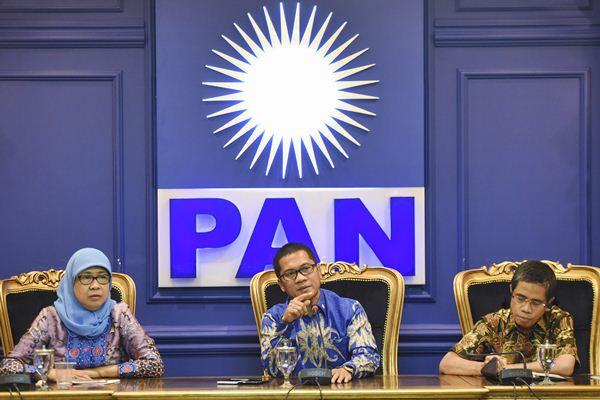 Sekretaris Fraksi PAN di DPR Yandri Susanto (tengah) didampingi anggota Fraksi Andi Yuliani Paris (kiri) dan Amran melakukan konferensi pers di Kompleks Parlemen, Senayan, Jakarta, Rabu (22/2). - Antara/Hafidz Mubarak A.