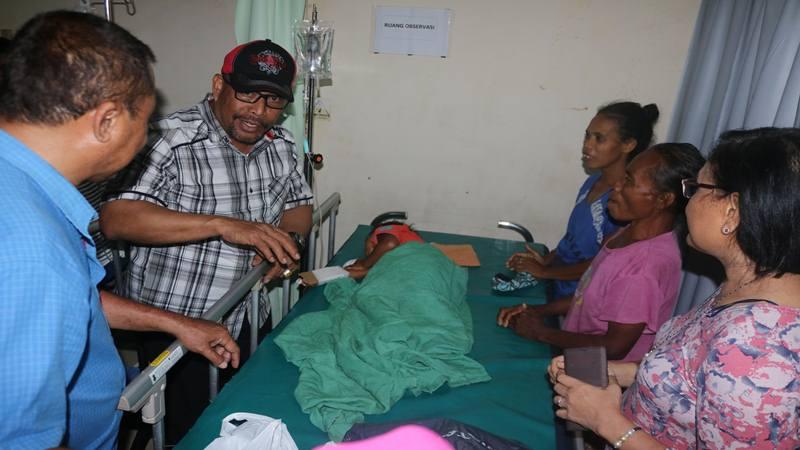 Gubernur Maluku Murad Ismail (kedua kiri) berbicara dengan keluarga saat meninjau pasien yang dirawat di RSUD Haulussy, Ambon, Maluku, Kamis (26/9/2019). Pasca gempa bumi berkekuatan magnitudo 6,8 yang mengguncang Kota Ambon dan sekitarnya, perawatan pasien dilakukan di tenda-tenda sementara yang dibangun di pelataran parkir dan teras rumah sakit.  - Antara