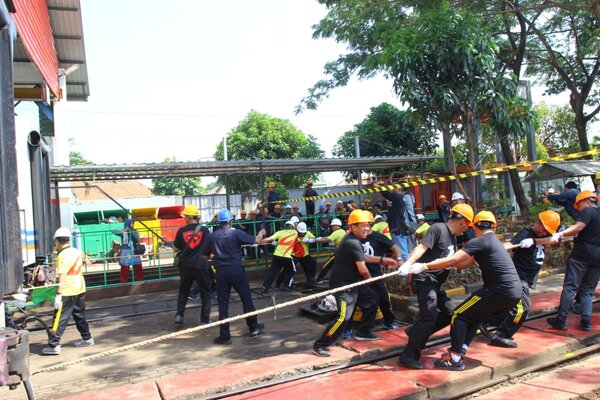 Lomba menarik gerbong kereta api di Depo kereta Poncol Semarang. - Bisnis/Alif N.