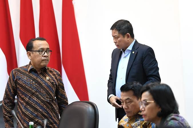 Mensesneg Pratikno (kiri) berbincang dengan Menteri ESDM Ignasius Jonan (kedua kiri) sebelum mengikuti rapat terbatas persiapan KTT Asean dan KTT G20 di Kantor Presiden, Jakarta, Rabu (19/6/2019). - ANTARA/Wahyu Putro A