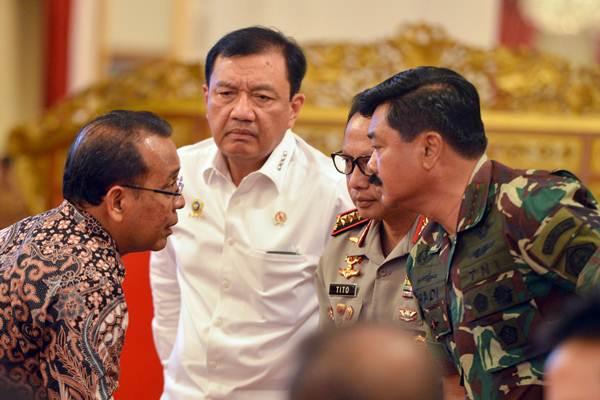 Mensesneg Pratikno (dari kiri) berbincang dengan Kepala BIN Budi Gunawan, Kapolri Jenderal Pol Tito Karnavian dan Panglima TNI Marsekal TNI Hadi Tjahjanto sebelum mengikuti Sidang Kabinet Paripurna di Istana Negara Jakarta, Rabu (16/5/2018). - ANTARA/Wahyu Putro A