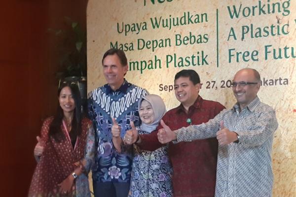 Presiden Direktur Nestle Indonesia Dharnesh Gordhon (kanan) dan Excecutive Vice President Nestle S.A. untuk Zona Asia, Oceania, dan Afrika Sub-Sahara (AOA), Chirs Johnson (kedua dari kiri) di sela-sela seremoni perkenalan inovasi kemasan sedotan kertas, Jumat (27/9/2019). - Bisnis/Oktaviano D.B. Hana