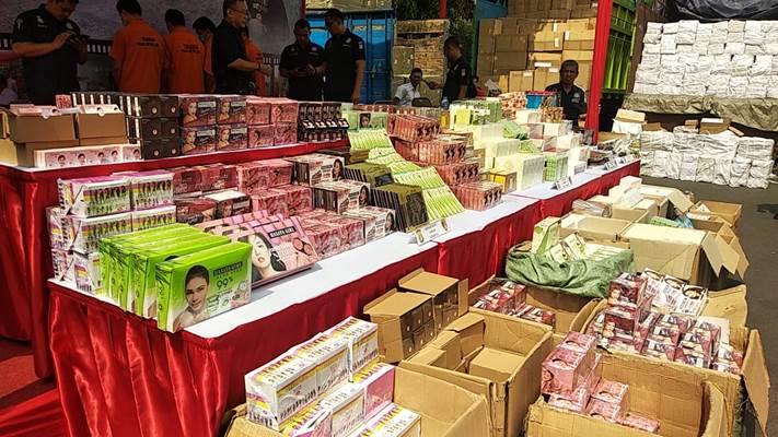 Kosmetik dan Obat-obatan ilegal yang disita Polda Metro Jaya - Bisnis/Rayful Mudassir