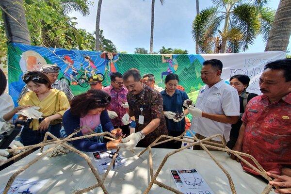 Kegiatan penanaman terumbu karang jenis Acropora sp dengan metode spider dalam memperingati Hari Pariwisata Nasional yang jatuh pada setiap tanggal 27 September. - Bisnis/Sultan Anshori