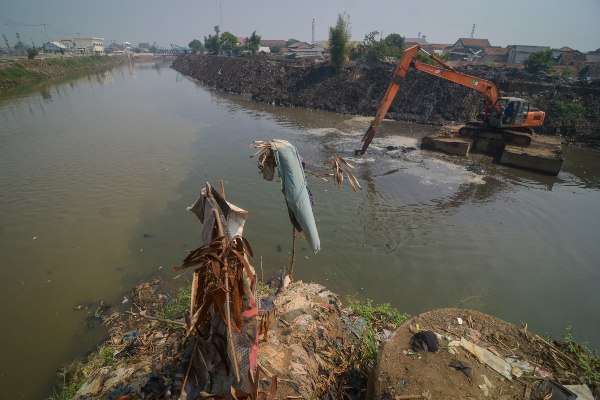 Pekerja dengan menggunakan alat berat mengeruk aliran Sungai Citarum di Baleendah, Kabupaten Bandung, Jawa Barat - ANTARA FOTO/Raisan Al Farisi