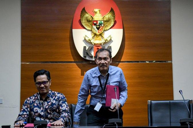 Wakil Ketua KPK Saut Situmorang (kanan) didampingi Juru bicara KPK Febri Diansyah (kiri) bersiap memberikan keterangan pers mengenai pengembangan perkara dugaan suap proyek Sistem Penyediaan Air Minum (SPAM) di Kementerian Pekerjaan Umum dan Perumahan Rakyat (PUPR) tahun anggaran 2017-2018 di gedung KPK, Jakarta, Rabu (25/9/2019).  -  ANTARA / M Risyal Hidayat