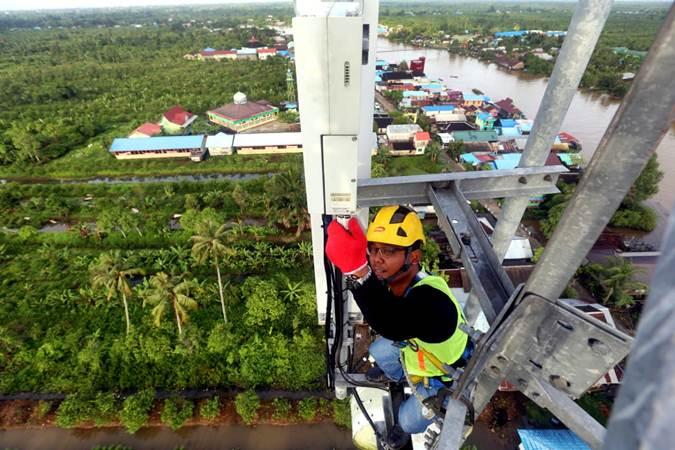 Teknisi melakukan pemeliharaan perangkat pada menara Base Transceiver Station (BTS) di Kalimantan Selatan - Bisnis/Rachman