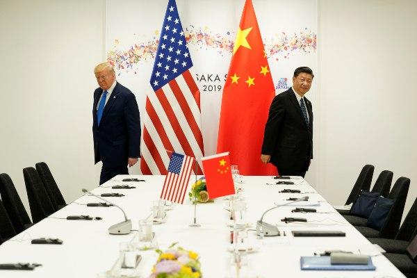 Presiden AS Donald Trump dan Presiden China Xi Jinping saat menghadiri pertemuan bilateral kedua negara di sela-sela KTT G20 di Osaka, Jepang, Sabtu (29/6/2019). - Reuters/Kevin Lamarque