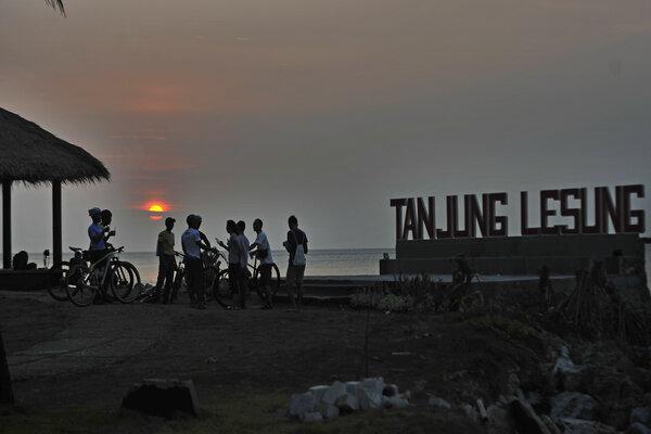 Sejumlah wisatawan menikmati suasana matahari terbenam di Pantai Tanjung Lesung, Pandeglang, Banten, Jumat (27/9/2019). - Antara/Asep Fathulrahman