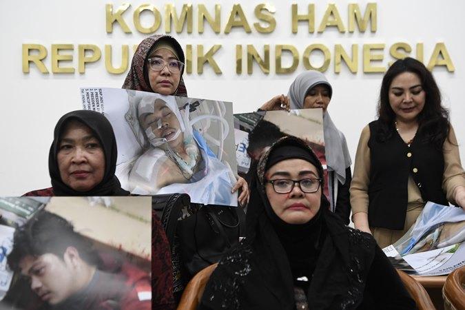 Kerabat mahasiswa Universitas Al Azhar, Faisal Amir mendatangi Komnas HAM untuk menyampaikan pengaduan di Jakarta, Jumat (27/9/2019). - ANTARA/Puspa Perwitasari