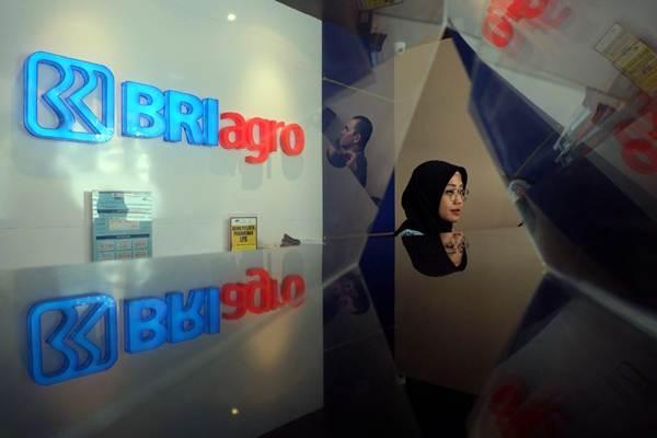 Karyawati melayani nasabah di kantor cabang PT Bank Rakyat Indonesia Agroniaga Tbk. (BRI Agro), di Jakarta, Jumat (9/11/2018). - JIBI/Nurul Hidayat
