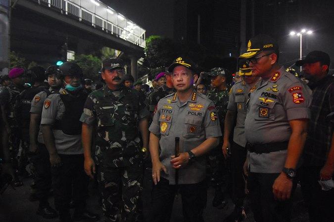 Panglima TNI Marsekal TNI Hadi Tjahjanto (kedua kiri) bersama Kapolri Jenderal Pol Tito Karnavian (kedua kanan) meninjau lokasi kericuhan aksi massa di perempatan Slipi, Jakarta, Kamis (26/9/2019). -  ANTARA / Indrianto Eko Suwarso