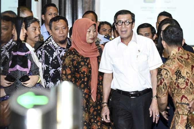 Menkumham Yasonna Laoly (kedua kanan) berjalan bersama Terpidana kasus pelanggaran Undang-Undang Informasi dan Transaksi Elektronik (ITE) Baiq Nuril (tengah) usai melakukan pertemuan bersama di Kemenkumham, Jakarta, Senin (8/7/2019). - ANTARA/Muhammad Adimaja