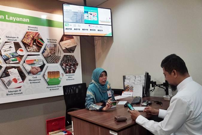 Karyawan beraktivitas di salah satu kantor cabang Bank BNI Syariah (BNIS) di Jakarta, Senin (1/7/2019). - Bisnis/Himawan L Nugraha