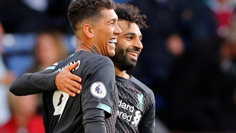 Dua penyerang andalan Liverpool, Mohamed Salah (kanan) dan Roberto Firmino. - Reuters/Phil Noble