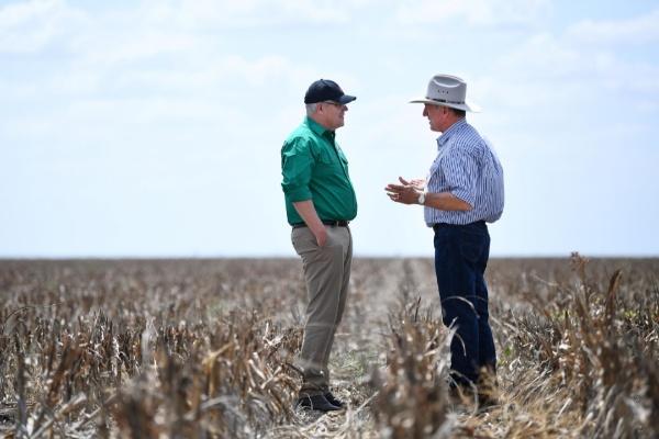 Perdana Menteri Australia Scott Morrison kala mengunjungi kawasan Pantai Timur yang terdampak kekeringan, Jumat (27/9/2019) - Reuters/Jonathan Berret