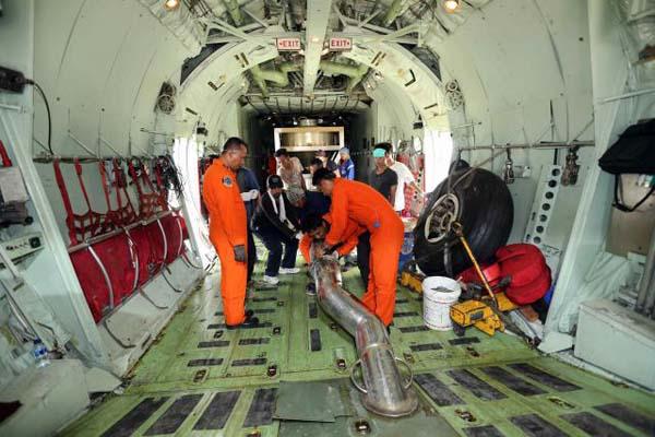 Petugas BPPT dan TNI AU menyiapkan modifikasi cuaca (hujan buatan) untuk penanggulangan bencana asap kebakaran hutan dan lahan - Bisnis/Abdullah Azam