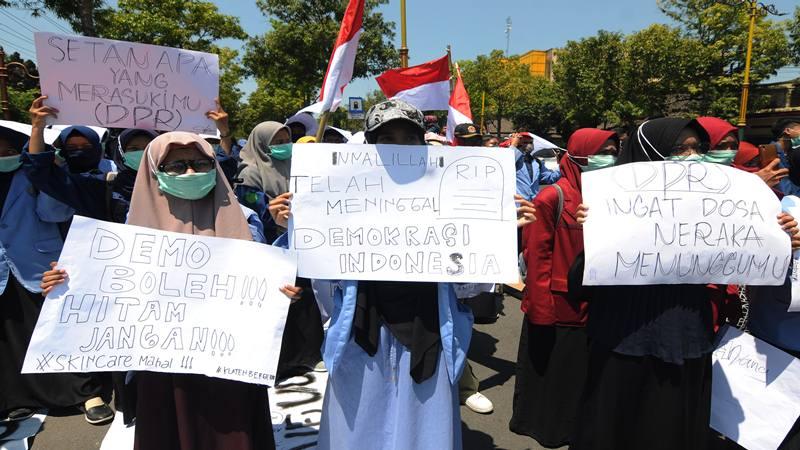 Sejumlah mahasiswa berunjuk rasa - Antara