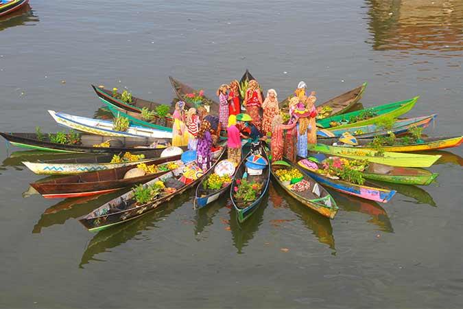 Pedagang pasar terapung melakukan atraksi jukung membentuk bunga mekar di sungai Martapura, Banjarmasin, Kalimantan Selatan. Antara - Bayu Pratama S