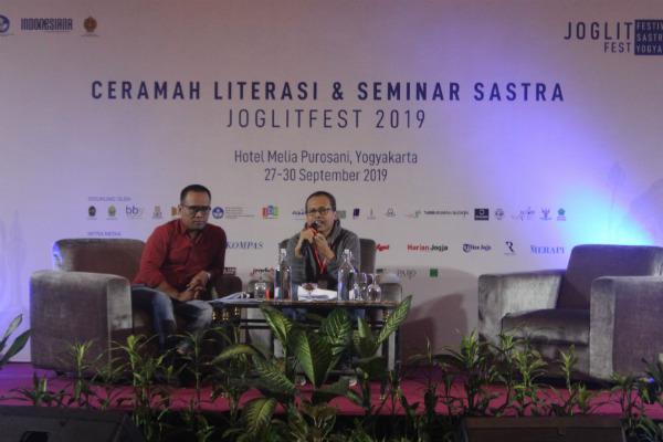 Sastrawan Eka Kurniawan (kanan) berbicara dalam acara Ceramah Literasi dan Seminar Sastra Joglitfest 2019 yang digelar di Amarta Ballroom Hotel Melia Purosani, Jogja, Sabtu (28/9/2019). - Rofik Syarif G.P