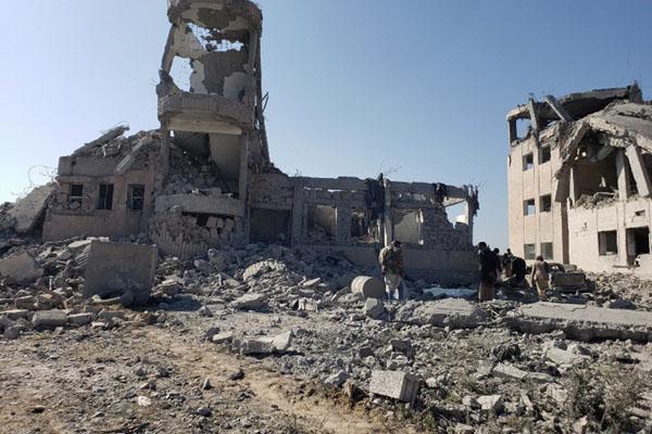 Petugas memeriksa lokasi serangan udara yang dipimpin Arab Saudi di penjara Houthi di Dhamar, Yaman, pada Minggu (1/9/2019). - Reuters/ Ahmed al/Ansi