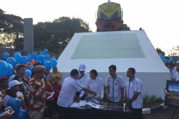 Menteri BUMN Rini Soemarno (tengah) meresmikan gerbang Pusdiklat Ir. H. Djuanda, yang kini menampilkan lokomotif BB 300, dalam rangkaian perayaan ulang tahun PT Kereta Api Indonesia (Persero) di Bandung, Minggu (29/9/2019). - Bisnis/Dea Andriyawan