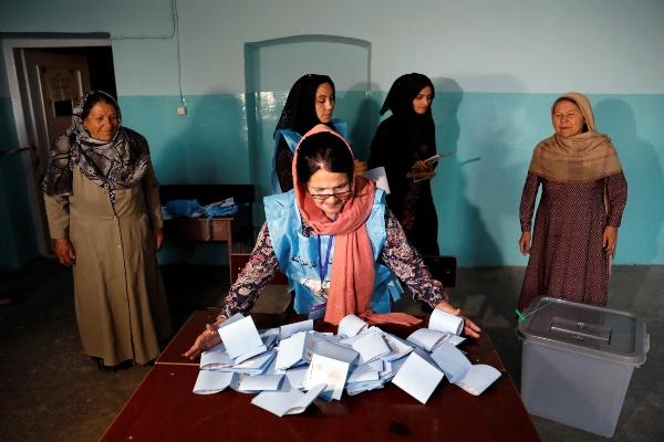 Seorang petugas Pemilu bersiap menghitung surat suara usai Pemilihan Presiden (Pilpres) 2019 di Kabul, Afghanistan, Sabtu (28/9/2019). - Reuters/Mohammad Ismail