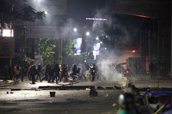 Massa Mahasiswa bentrok dengan aparat di depan Gedung DPRD Sulsel di Makassar - Bisnis/Paulus Tandi Bone