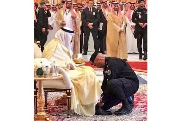 Ucapan duka mengalir di media sosial untuk Mayjen Abdulaziz al-Fagham disertai foto almarhum saat membungkuk membantu mengikat tali sepatu Raja Salman - news1.news