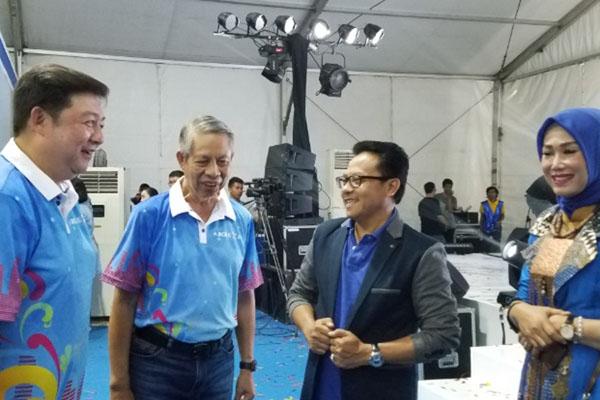 Direktur BCA Suwignyo Budiman (kedua kiri) bersama Kepala Kanwil Wilayah VII BCA Jo Rudy Kurniawan (kiri) dan Wali Kota Malang Sutiaji (dua dari kanan) pada pembukaan BCA Expo 2019 di Malang, Sabtu (28/9/2019) malam. - Bisnis/Choirul Anam