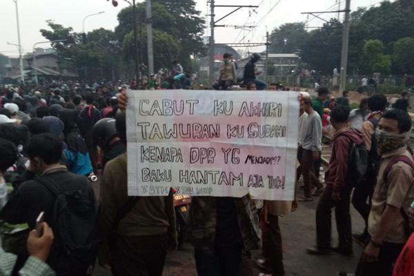 Konsentrasi massa pendemo di DPR terlihat di sekitar lintasan rel sebidang dekat Stasion Palmerah Jakarta Barat pada Rabu 25 September 2019. - Bisnis/Dioniso Damara