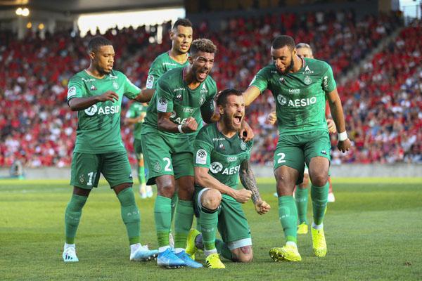 Para pemain AS Saint-Etienne merayakan gol Mathieu Debuchy (bawah) yang dicetak ke gawang Nimes. - Twitter@ASSEofficiel