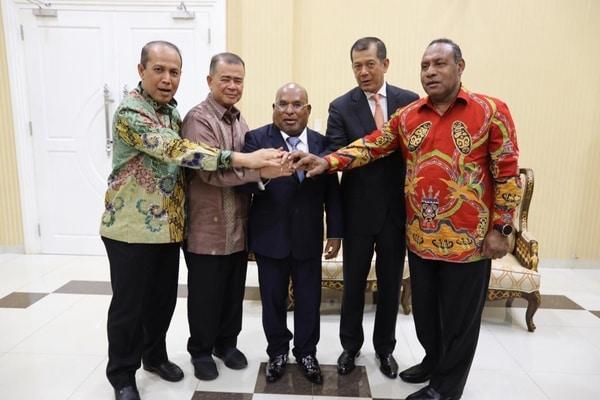 Gubernur Papua Lukas Enambe (tengah) dan beberapa pejabat publik lainnya / Dok. Istimewa
