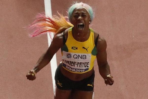 Sprinter Jamaika Shelly-Ann Fraser-Pryce ketika memenangi gelar juara dunia lari 100 meter di Doha, Qatar, pada Senin (30/9/2019). - Reuters/Fabrizio Bensch