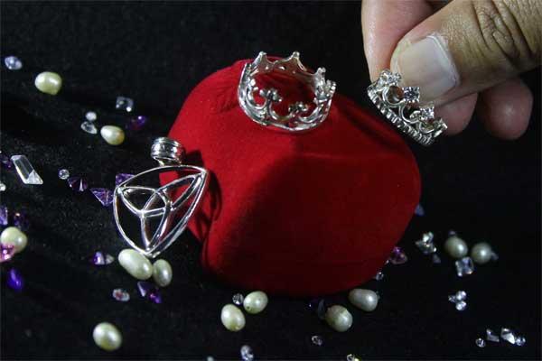 Perhiasan perak. - Antara