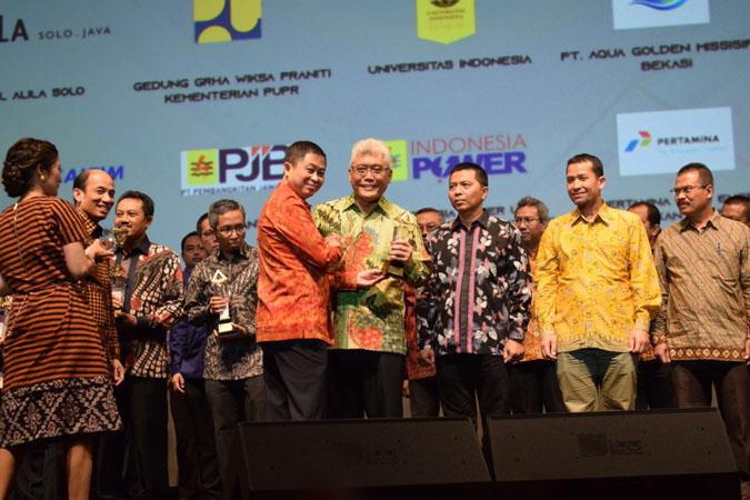 Menteri ESDM Ignasius Jonan menyerahkan Penghargaan Subroto 2019 kepada PT Pupuk Kaltim Persero yang diwakili Direktur Produksi Pupuk Kaltim Bagya Sugihartana pada puncak peringatan Hari Pertambangan dan Energi ke-74 di Jakarta pada 27 September 2019. - Istimewa