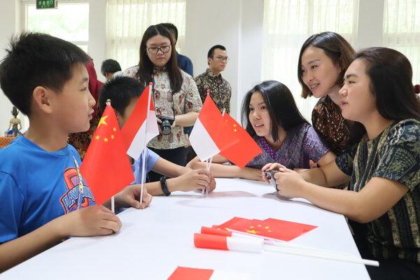 Mahasiswa Indonesia memperkenalkan Indonesia kepada murid-murid sekolah dasar di Beijing yang berkunjung ke Kedutaan Besar RI di Beijing, China, Sabtu (28/9/2019). Kunjungan murid-murid SD Beijing tersebut dilakukan menjelang perayaan Hari Ulang Tahun ke-70 Republik Rakyat China. - Antara/M. Irfan Ilmie