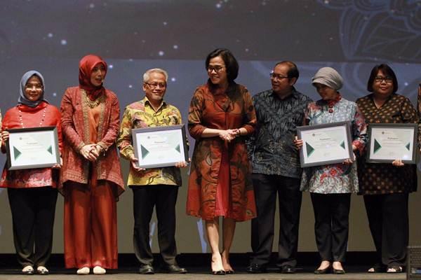 Menteri Keuangan Sri Mulyani Indrawati (tengah), didampingi Direktur Lembaga Manajemen Aset Negara (LMAN) Rahayu Puspasari (kedua kiri), dan Direktur Jenderal Kekayaan Negara Isa Rachmatarwata (ketiga kanan), berfoto bersama penerima Apresiasi Stakeholders LMAN di Jakarta, Rabu (10/1). - JIBI/Dwi Prasetya