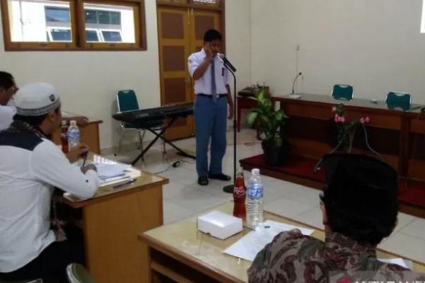Seorang siswa SMK Pangudi Luhur Muntilan Kabupaten Magelang mengikuti lomba azan diselenggarakan sekolah itu dalam rangka Bulan Bakti Kitab Suci Nasional (BKSN) 2019, Senin (30/9/2019). - Antara