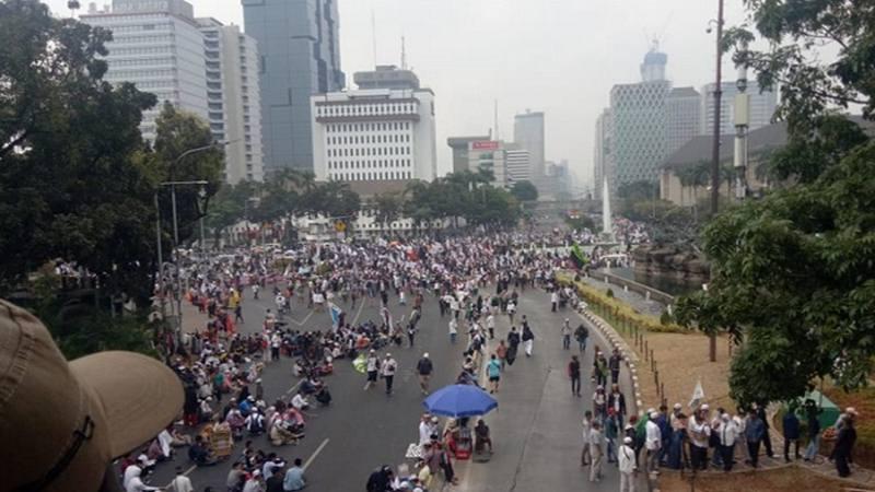 Suasana aksi Mujahid 212 di sekitar Jl. Medan Merdeka Barat Patung Kuda Monas pada Sabtu (28/9/2019). - Twitter@tmcpoldametro