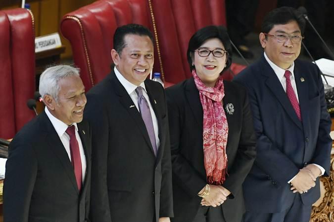Pimpinan DPR Bambang Soesatyo (kedua kiri) dan Agus Hermanto (kiri) dan Utut Adiyanto (kanan) memperkenalkan Deputi Gubernur Senior Bank Indonesia terpilih, Destry Damayanti (kedua kanan) saat Rapat Paripuna ke-23 Masa Persidangan V Tahun 2018-2019 di Kompleks Parlemen Senayan, Jakarta, Kamis (25/7/2019). - ANTARA/Puspa Perwitasari