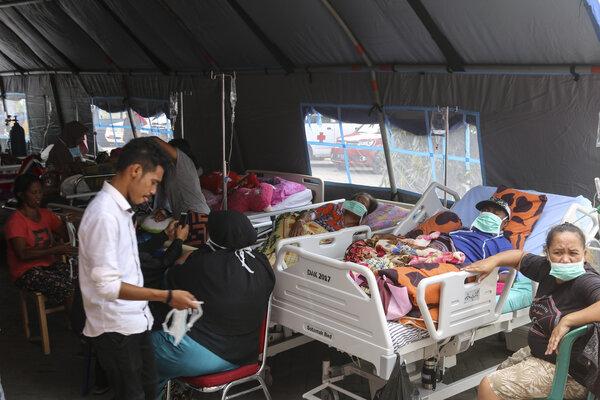Sejumlah pasien menjalani perawatan di dalam tenda darurat di teras RSUD Haulussy, Ambon, Maluku, Kamis (26/9/2019). Sejumlah pasien kini menjalani perawatan di tenda-tenda yang dibangun di pelataran halaman parkir rumah sakit pascagempa bumi dengan kekuatan 6,5 SR. - Antara/Izaac Mulyawan
