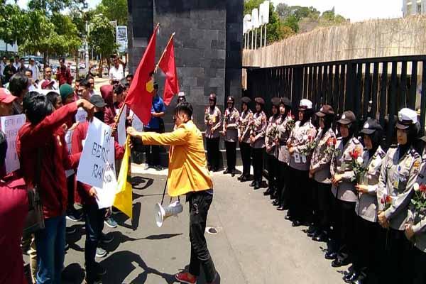 Para polwan berbaris membawa bunga untuk pendemo di depan Mapolda Jateng.
