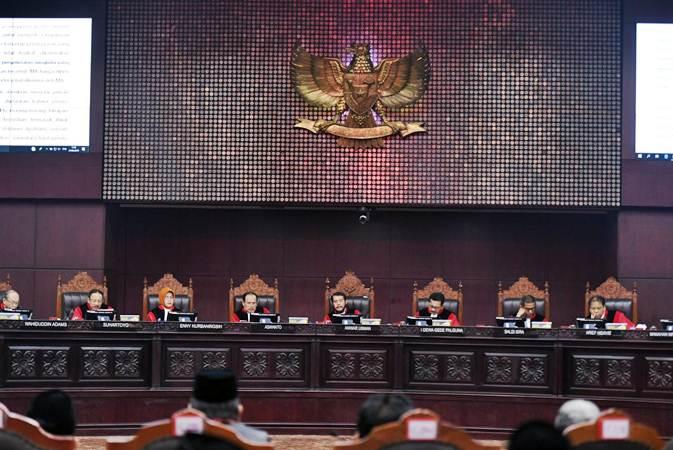 Majelis Hakim MK membacakan putusan sidang Perselisihan Hasil Pemilihan Umum (PHPU) Presiden dan Wakil Presiden 2019 di Gedung Mahkamah Konstitusi, Jakarta, Kamis (27/6/2019). - ANTARA/Hafidz Mubarak