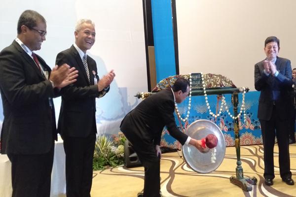 Menteri Perhubungan Budi Karya Sumadi memukul gong secara resmi membuka Cooperation Forum ke 12 di Semarang pada Senin 30 September 2019. - Bisnis/Alif Nazzala Rizqi