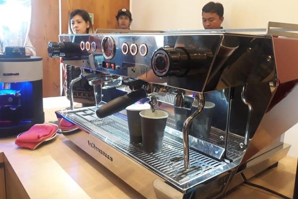 Mesin ekspresso tipe KB90 dengan fitur straight in dan no twist - Istimewa