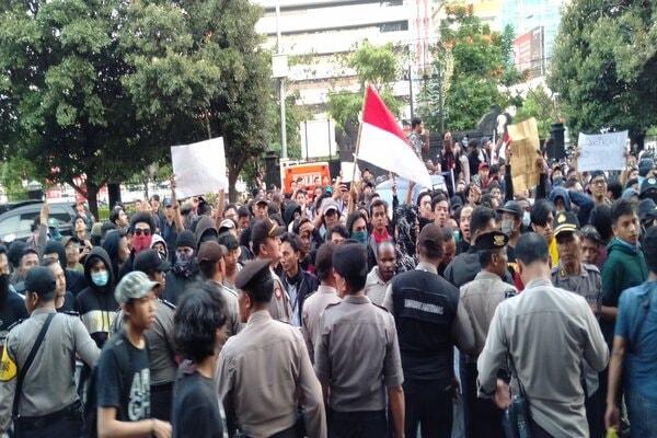 Ratusan mahasiswa Aliansi Semarang Raya saat memasuki halaman DPRD Jateng. - Bisnis/Alif N.